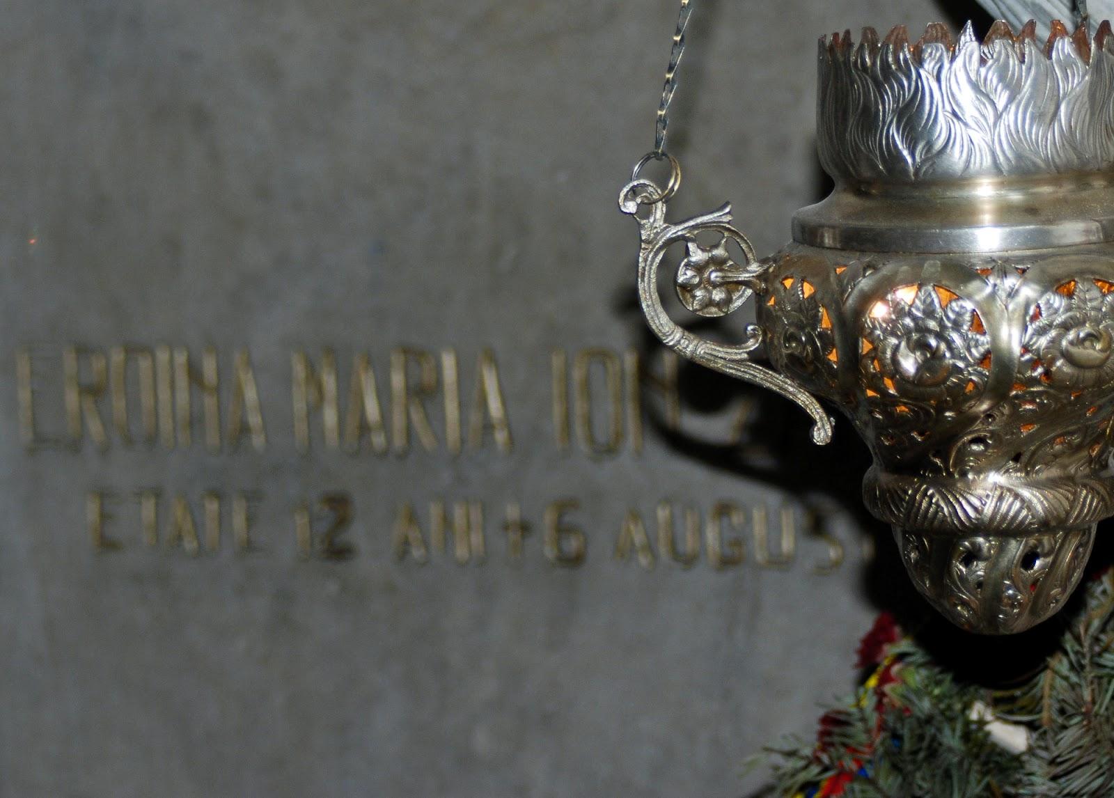 Mormântul Măriucăi -fata de 12 ani ce a avut curajul sa se urce in nucul din spatele casei pentru a da informații soldaților români despre înaintarea trupelor germane. A fost doborâtă de un lunetist.